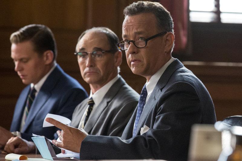 L-R: FBI Agent (Mark Fichera), Rudolf Abel (Mark Rylance), James B. Donovan (Tom Hanks). – Bild: DreamWorks II Distribution Co., LLC and Twentieth Century Fox Film Corporation. All Rights Reserved.