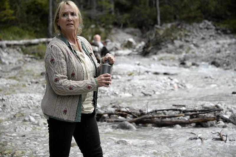 Frau Bergmeier (Diana Körner) holt Wasser für ihren Mann und die verletzte Juli. Sie hofft auf Rettung. – Bild: ZDF und Thomas R. Schumann