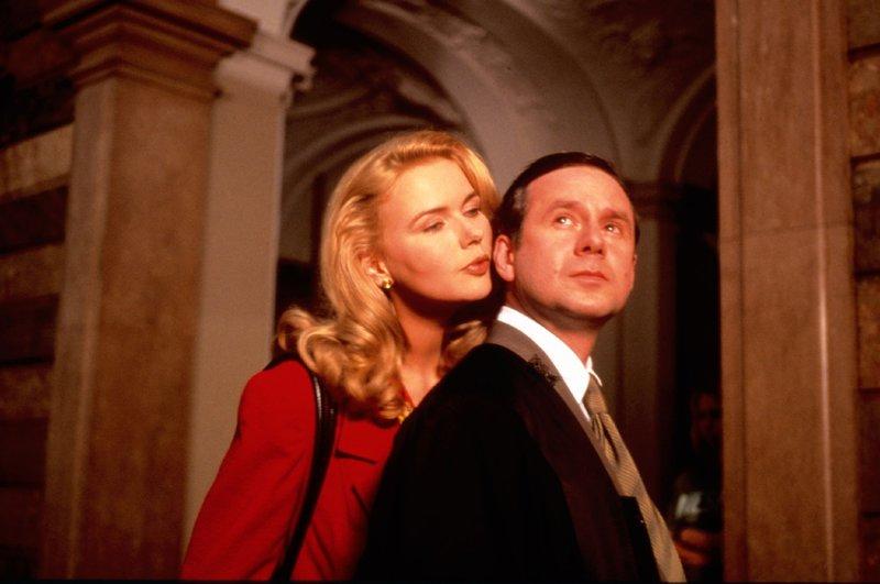 Franziska (Veronica Ferres) und ihr Anwalt Enno (Joachim Król) kommen sich näher. – Bild: Super RTL