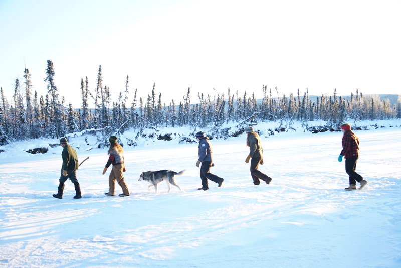 Lewis Family and their dog walking through the snow. – Bild: Animal Planet / Discovery Communications