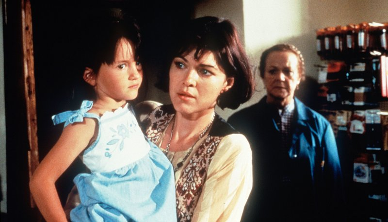 Franzi (Enzi Fuch, re.) hat es gesehen: Jule (Anja Kruse) hat gerade einen Ladendiebstahl begangen. In ihrer Verzweiflung nennt Jule den Namen des Vaters ihrer Tochter Antonia (Sophia Dirscherl). – Bild: rbb