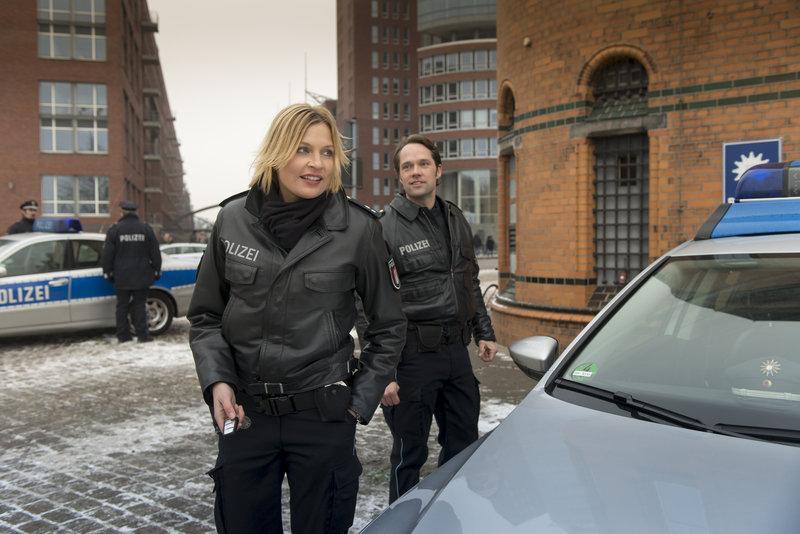 Mattes (Matthias Schloo, r.) möchte unbedingt von Melanie (Sanna Englund, l.) wissen, was zwischen ihr und Helen läuft. – Bild: ZDF und Boris Laewen