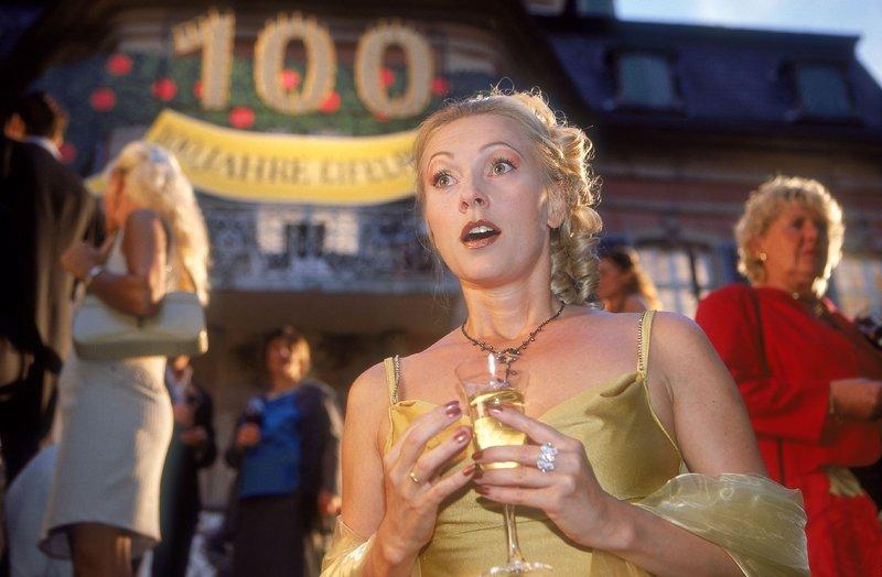 """In Stefanies (Dana Golombek) Albtraum fällt Benno auf der Jubiläumsfeier """"100 Jahre Eifel-Pils"""" tot um.... – Bild: RTLplus"""