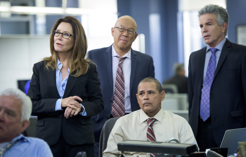 (l-p) Capt. Sharon Raydor (Mary McDonnell), Lieutenant Mike Tao (Micheal Paul Chan), Detective Julio Sanchez (Raymond Cruz), Lt. Andy Flynn (Tony Denison) – Bild: TM & © Turner Entertainment Networks, Inc. A Time Warner Company. All Rights Reserved.