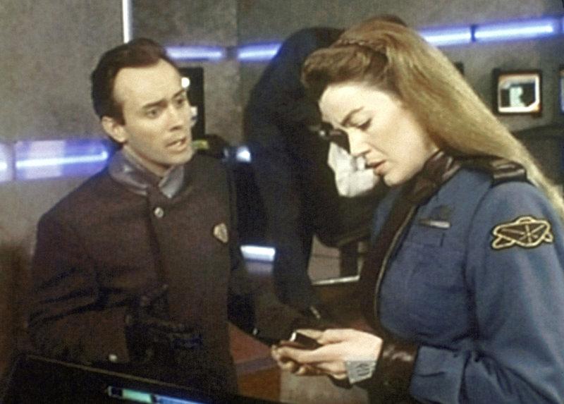 Mr. Gray (Jeffrey Combs, l.), der Telepath des PSI-Corps, versucht mit Lieutenant Commander Ivanova (Claudia Christian, r.) in ein Gespräch zu kommen. Aber sie lehnt ihn - wie alle anderen Telepathen - vollkommen ab. – Bild: ProSieben MAXX