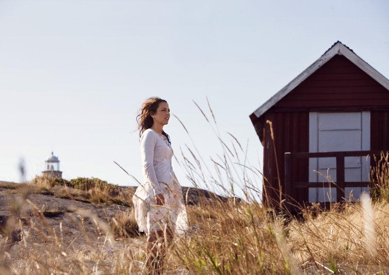 Um dem Ärger zuhause zu entkommen, zieht Nora (Alexandra Rapaport) sich zurück. – Bild: arte