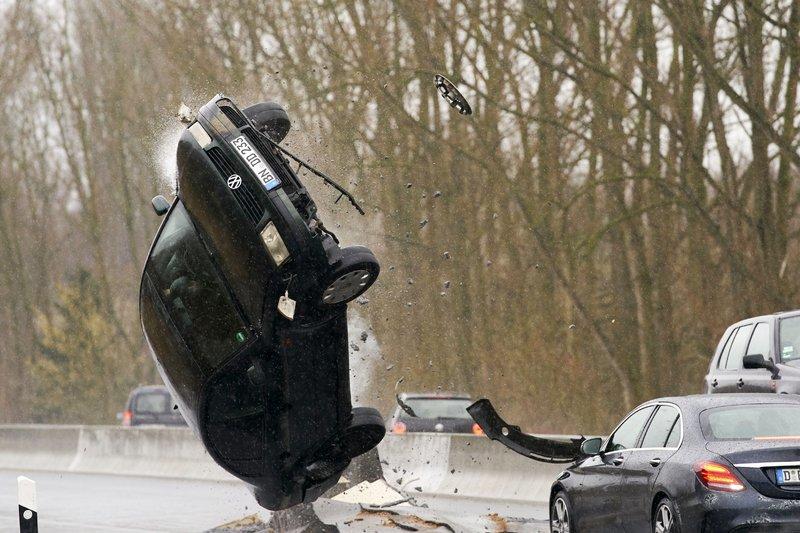 Das Erdbeben verursacht Unfälle auf der Autobahn und die Autobahnkommissare sind mittendrin! – Bild: RTL