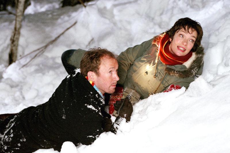 Sina (Aglaia Szyszkowitz) und Carl (Ulrich Noethen) suchen ihren Sohn Felix, der vor den Streitereien seiner Eltern in die Nacht geflohen ist. – Bild: ORF