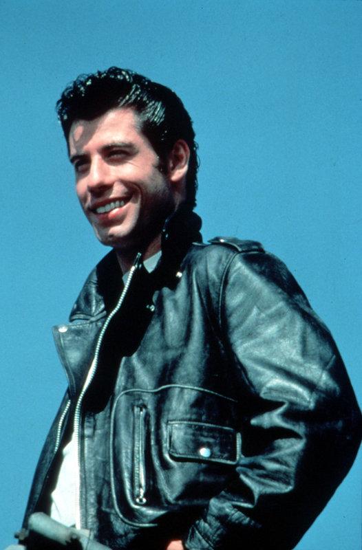 Er geht nicht zum Friseur, sondern zum Ölwechsel - kein Mann trägt mehr Schmiere im Haar als Danny (John Travolta) ... – Bild: KIRCH MEDIA GMBH & CO. KG