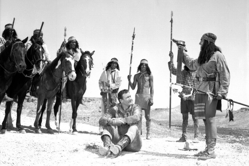 Weil er ihren Feind Ed Lowe in Notwehr getötet hat, lassen die Apachen Hondo Lane (John Wayne, 4.v.r.) fast wieder frei. – Bild: arte