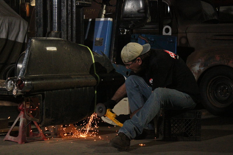 Mad Scientist welds the frame for the new couch. – Bild: Discovery Channel