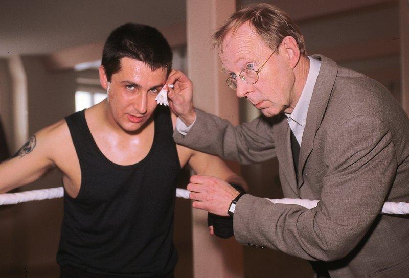 Dr. Schneider (Hans Peter Korff, re.) mit Rocky (Rafi Guessous), einem der jungen Kickboxer. – Bild: RTLplus