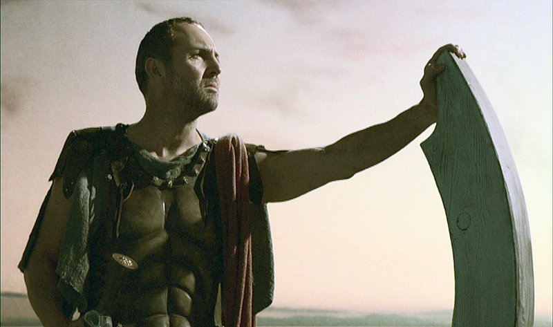 Nach einem Angriff geflügelter Vampirmonster stranden Odysseus (Arnold Vosloo) und seine Mannen auf einer abgelegenen Insel, wo sie sich weiteren Attacken ausgesetzt sehen.. – Bild: RTL II