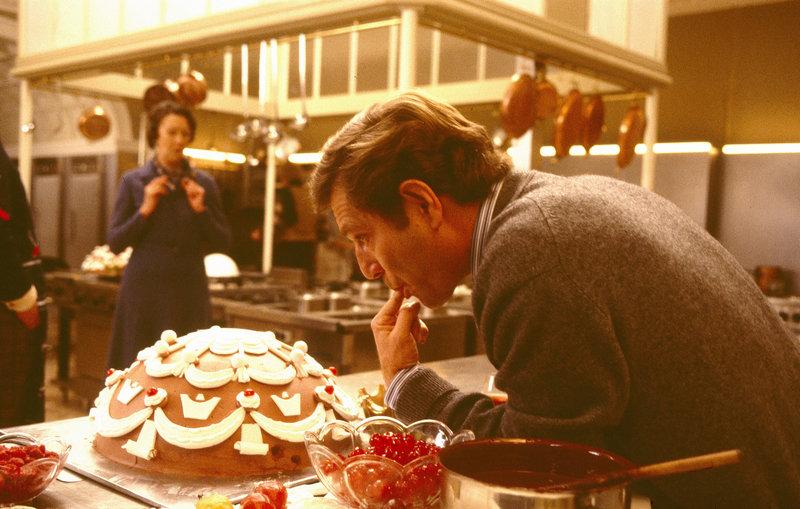 Natashas Ex-Mann Robby (George Segal) ist ebenfalls nach Europa gereist, um einen europäischen Spitzenkoch als Werbeträger für seine Kette von Omelette-Restaurants namens Humpty-Dumpty zu gewinnen. Zudem möchte er auch gerne seine Ex-Frau zurückerobern. – Bild: Bavaria Media