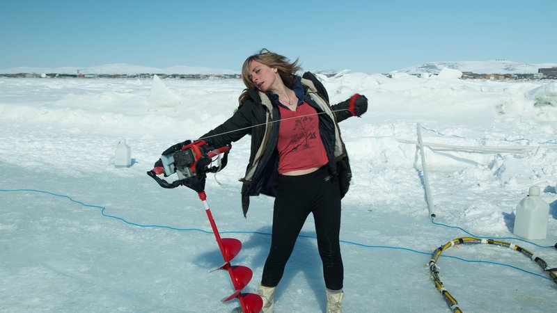 Emily Riedel pulling the cord on an ice auger. – Bild: Discovery Communications