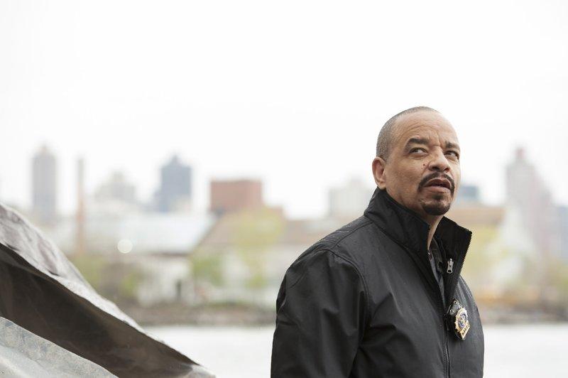 """Ein merkwürdiger Fall beschäftigt """"Fin"""" Tutuola (Ice-T) und seine Kollegen: Eine Frau, die erst vor wenigen Tagen allein nach New York gereist ist, wird bewusstlos in einem Boot aufgefunden. Scheinbar wurde sie vergewaltigt. – Bild: TVNOW / Universal"""