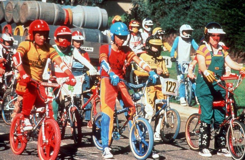 Goose (James Lugton, v.li.) und P.J. (Angela D´Angelo, v.mi.) nehmen zusammen an einem BMX-Rennen teil. Wenn einer der beiden das Preisgeld gewinnen sollte, wollen die Jungen zwei neue BMX-Räder kaufen. – Bild: Tele 5