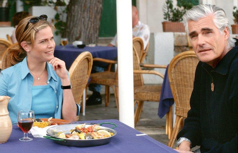 Der Grundstücksbeistzer Alejandro Perez (Sky Du Mont) hat sich in Jana (Ursula Buschhorn) verliebt. – Bild: ARD Degeto