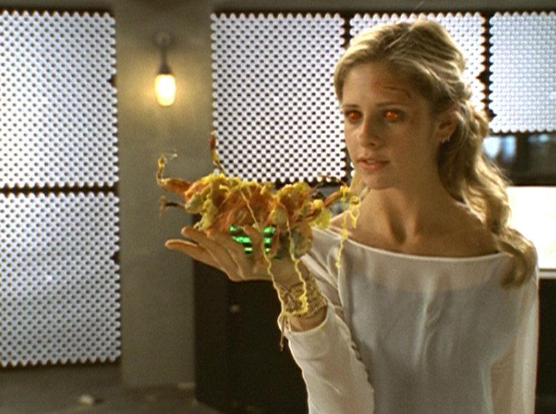 Mit Hilfe eines machtvollen Zaubers kann Buffy (Sarah Michelle Gellar) den Feind besiegen. – Bild: TM + © 2000 Twentieth Century Fox Film Corporation. All Rights Reserved. Lizenzbild frei
