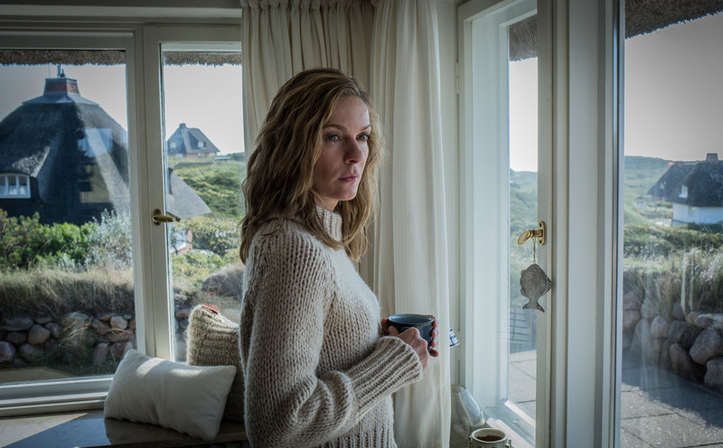 Katharina (Lisa Martinek) hofft sehnsüchtig, dass Nils (Kai Scheve) zu ihr zurückkommt. – Bild: ZDF und Hannes Hubach