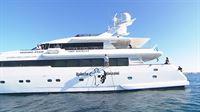 An der Yacht der Geissens wird das Logo angebracht... – © RTL II