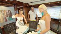 Mandy und Helena stellen an Board der Indigo Star ihre Fähigkeiten beim Handtuch Probefalten unter Beweis... – © RTL II