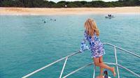 Shania + Davina gehen mit Nanny Nora schwimmen. Robert möchte beweisen, dass er fit genug ist, einen weiten Weg vom Boot zur nächsten Insel zurückzulegen – und das ganz ohne Kraftstoff. – © RTL II