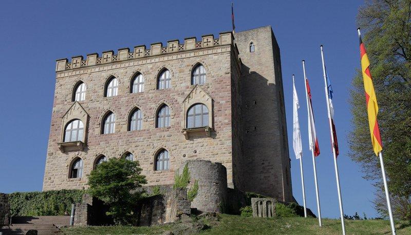 Das Hambacher Schloß gilt als das Symbol der deutschen Demokratiebewegung. Hier fand 1832 das Hambacher Fest statt. – Bild: SWR