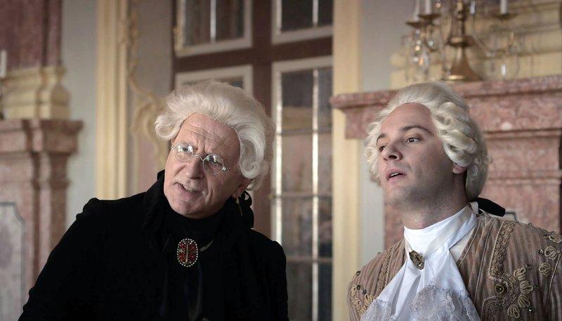 Herzog Karl Eugen (René Sydow) und Dekan Zilling (Michaelm Weinzierl) unterhalten sich über den aufsässigen Musiker und Dichter Schubart. – Bild: SWR