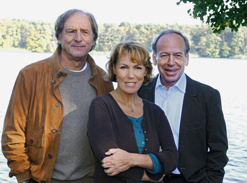 """Ein ungleiches Trio (von links): Albert Marquard (Günther Maria Halmer), Astrid Wünsche (Gaby Dohm) und Uwe Wünsche (Rüdiger Vogler). – Bild: """"ARD Degeto/ARD Degeto/Sandor Domonkos"""" (S2)"""