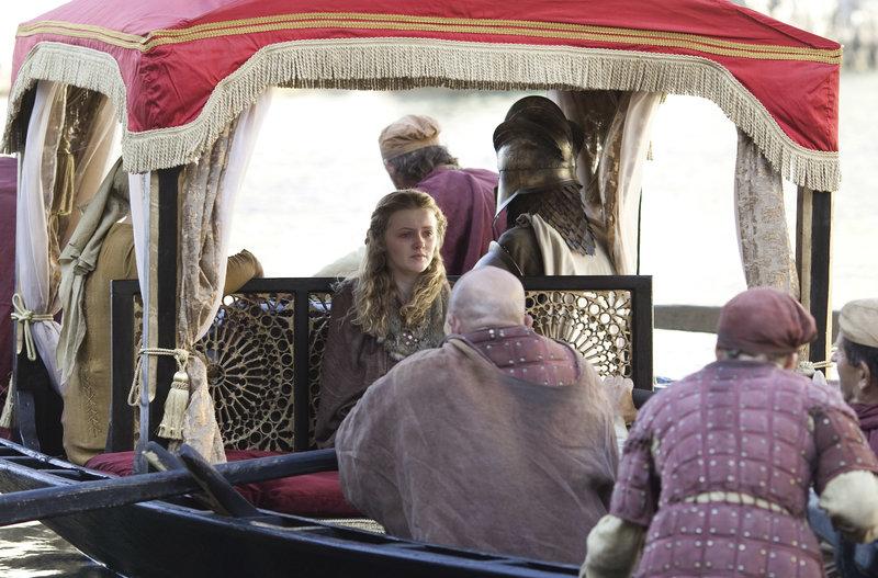 Myrcella Baratheon (Aimee Richardson) verlässt für ihre arrangierte Hochzeit gerade noch rechtzeitig den Hof in Königsmund.. – Bild: RTL II