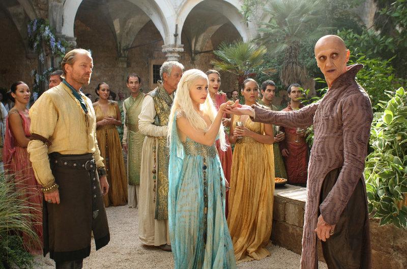 Der Magier Pyat Pree (Ian Hanmore, re.) lädt Daenerys (Emilia Clarke) ins Haus der Unsterblichen ein. – Bild: RTL II