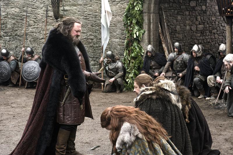 König Robert Baratheon (Mark Addy, li.) trifft mit Gefolge in Winterfell ein, um den Posten seines wichtigsten Beraters seinem Freund Lord Eddard Stark (Sean Bean) anzubieten. – Bild: RTL II