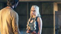 Im Osten bietet Daario Naharis (Michiel Huisman) unterdessen Daenerys (Emilia Clarke) seine Kampfkünste an, um ihre Regierungsprobleme mit Waffengewalt zu lösen. – Bild: RTL II