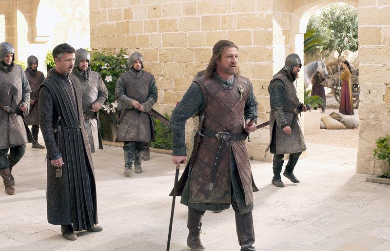 Ned Stark (Sean Bean) wurde vom König, bevor er starb, zum Lordprotektor ernannt. Damit ist nicht jeder einverstanden.. – Bild: RTL II