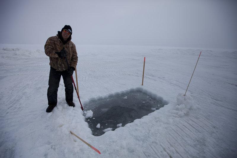 Vince Skiba digs the dive hole. – Bild: DMAX