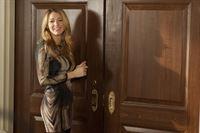Blair ist - mit einer königlichen Aufpasserin im Schlepptau - aus den Flitterwochen zurück und versöhnt sich wieder mit Serena (Blake Lively) ... – © Warner Bros. Television Lizenzbild frei