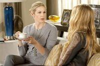 """""""Gossip Girl"""", """"Das doppelte (Char-)Lottchen."""" Dan und Blair sind sich näher gekommen, als einigen ihrer Freunde lieb ist. Während Serena deshalb Blair die Freundschaft kündigt, rächt sich Chuck auf raffinierte Weise an seinem Rivalen. Heimlich verschickt er ein falsches Manuskript. Doch nichts davon kann verhindern, dass Blair echte Gefühle für Dan entwickelt. Derweil versucht Lola herauszufinden, weshalb sich Ivy als Charlie Rhodes ausgibt. Als sich CeCes gesundheitlicher Zustand verschlechtert, droht Ivys Geheimnis tatsächlich aufzufliegen.Im Bild (v.li.): Kelly Rutherford (Lily van der Woodsen), Blake Lively (Serena van der Woodsen).   – © ORF eins"""