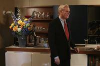 Der Gesellschaftsreporter David Patrick Columbia (David Patrick Columbia) wird von Lily zu einem Familiendinner eingeladen ... – © Warner Bros. Television Lizenzbild frei
