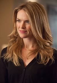 Möchte keine Geheimnisse mehr in ihrer Beziehung zu Gordon haben: Barbara (Erin Richards) ... – © Warner Bros. Entertainment, Inc. Lizenzbild frei