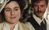 Javier (Eloy Azorín) fühlt sich zu Eugenia (Inma Cuevas), der Tochter des Generals Herrera, hingezogen. – © ORF2
