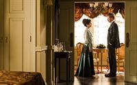 Javier (Eloy Azorín) fordert seine Mutter (Adriana Ozores) auf, ihn zum Hoteldirektor zu machen. – © ORF2