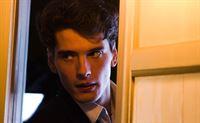Julio (Yon González) durchsucht das Zimmer seiner Schwester Cristina. – © ORF2