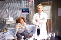 """""""Grey's Anatomy"""", """"Fehlversuche."""" Bei den Assistenzärzten Shane, Steph und Jo breitet sich Unbehagen aus, nachdem bekannt wurde, dass einer von ihnen seine Ausbildung nicht zu Ende bringen darf. Und Bailey muss sich noch immer mit dem Ehepaar Morris herumschlagen, dass ein Klage wegen Körperverletzung anstrebt. Stephanie versucht ein letztes Mal mit der Mutter zu reden, um sie von ihrem Vorhaben abzubringen. Während Callie und Arizona weiter an ihrer Familienplanung arbeiten, bis sie eine unschöne Information erhalten.Im Bild (v.li.): Armani Jackson (Braden Morris), Kevin McKidd (Dr. Owen Hunt). – © ORF eins"""