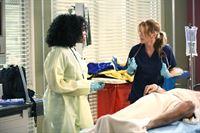 """""""Grey's Anatomy"""", """"Im Wind verloren."""" Nachdem Cristina weggezogen ist, braucht Meredith unbedingt jemanden, mit dem sie reden kann. Alex hat offenbar nicht nur Cristinas Anteile am Spital geerbt, sondern auch Meredith als 'my person'. Jo ist darüber nicht besonders angetan. Auch ahnt Meredith noch nicht, dass sie mit Maggie blutsverwandt ist. Und Callie und Arizona sind noch immer von der Idee angetan, eine Leihmutter für ihr zweites Kind zu suchen. Derek muss eine Entscheidung treffen, ob er weiterhin in Washington D.C arbeiten will, da Meredith in Seattle bleiben will.Im Bild (v.li.): Jerrika Hinton (Dr. Stephanie Edwards), Ellen Pompeo (Dr. Meredith Grey). – © ORF eins"""