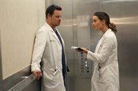 Während im Krankenhaus die Grippe ausbricht, versuchen Alex (Justin Chambers, l.) und Jo (Camilla Luddington, r.) dem Virus zu entkommen. Doch wird ihnen das gelingen? – © ABC Studios Lizenzbild frei