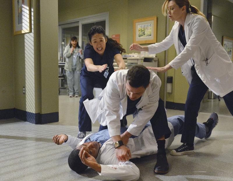 Als Shane (Gaius Charles, liegend) sich bei Alex (Justin Chambers, 2.v.r.), nach alldem was geschehen ist, entschuldigen möchte, greift dieser ihn an. Meredith (Ellen Pompeo, r.) und Cristina (Sandra Oh, 2.v.l.) versuchen, das Schlimmste zu verhindern ... – Bild: ABC Studios Lizenzbild frei