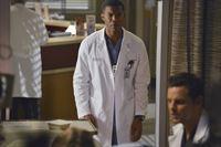 Möchte sich bei Alex (Justin Chambers, r.) entschuldigen, doch das geht nach hinten los: Shane (Gaius Charles, l.) ... – © ABC Studios Lizenzbild frei