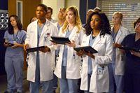 """""""Grey's Anatomy"""", """"Verlockung."""" Nachdem Catherin Avery Cristina den Harper-Avery-Preis nicht überreicht hat, ist Dr. Webber persönlich gekränkt und lässt seinen Missmut an Jackson aus. Doch April verteidigt ihren Mann, denn dieser hätte mit der Entscheidung nichts zu tun gehabt. Für Cristina kommt die Einladung in die Schweiz, um dort einen medizinischen Vortrag zu halten, gerade recht. Dort stößt sie zu ihrer großen Verwunderung auf Preston Burke, der ihr sogleich einen Job anbietet.Im Bild (v.li.): Gaius Charles (Dr. Shane Ross), Tessa Ferrer (Dr. Leah Murphy), Jerrika Hinton (Dr. Stephanie Edwards). – © ORF eins"""