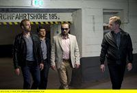"""ARD GROSSSTADTREVIER XXVIII. Staffel (16 neue Folgen), Folge 365 """"Der Kronzeuge"""", am (19.01.15) um 18.45 Uhr im Ersten. Ablenkungsmanöver: LKA-Fahrer Markus Wurz (Patrick Heyn, r.) begleitet Paul (Jens Münchow, 2.v.r.), Mads (Mads Hujlmand, l.) und Daniel (Sven Fricke, M.) zur gepanzerten Limousine, mit der er sie zum Flughafen bringen soll. – © ARD/Thorsten Jander"""